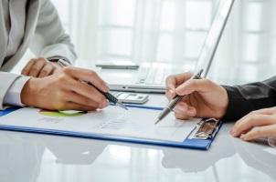 Möchten Verbraucher ihre Risikolebensversicherung verkaufen, sollten diese sich auch über andere Möglichkeiten informieren.
